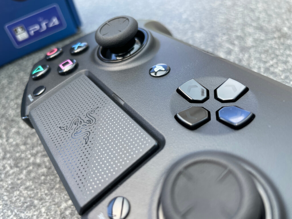 Detailaufnahme schwarzer Controller schräg von oben bis zur Hälfte auf grauer Tischplatte