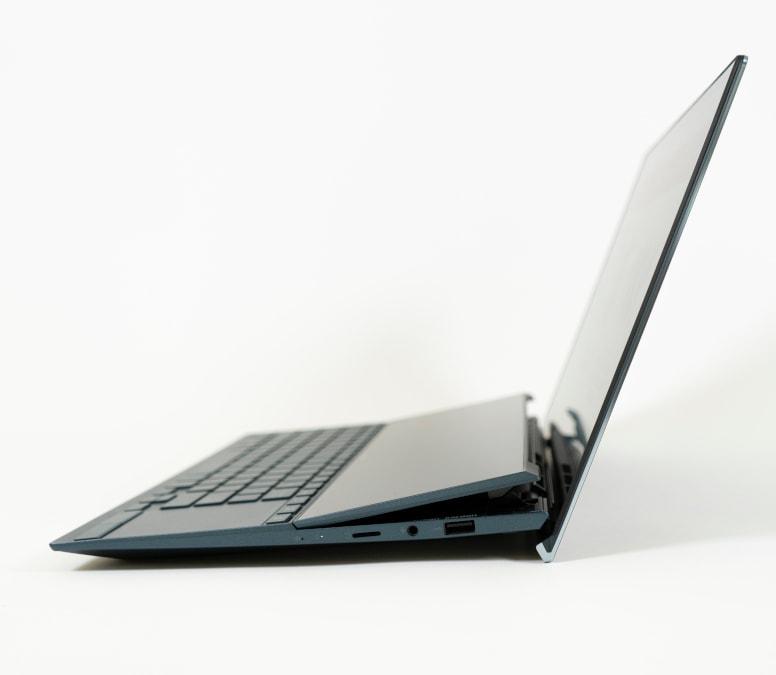 Notebook in schwarz aufgeklappt von der Seite auf grauem Hintergrund