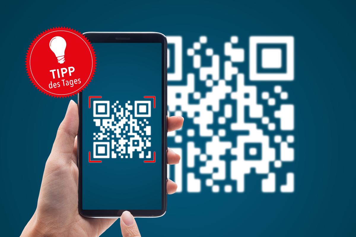 Ein Smartphone scannt einen QR-Code