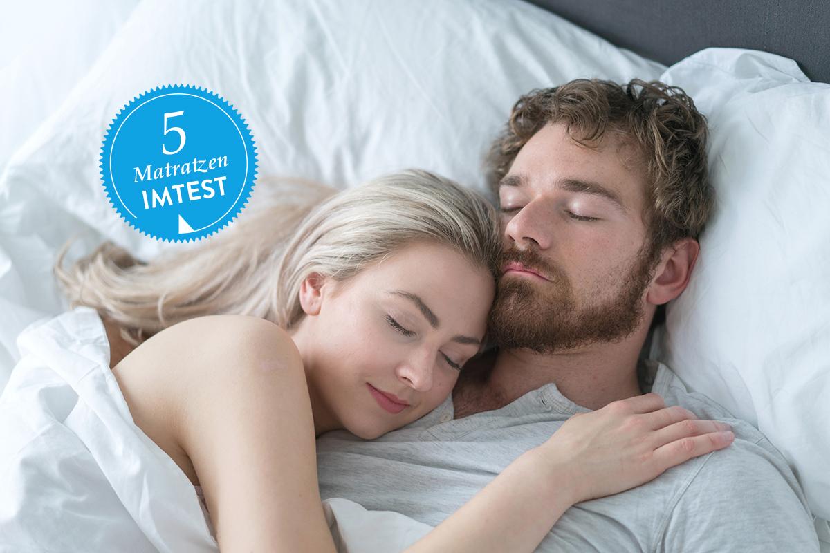 Ein Mann und eine Frau liegen in einem Bett