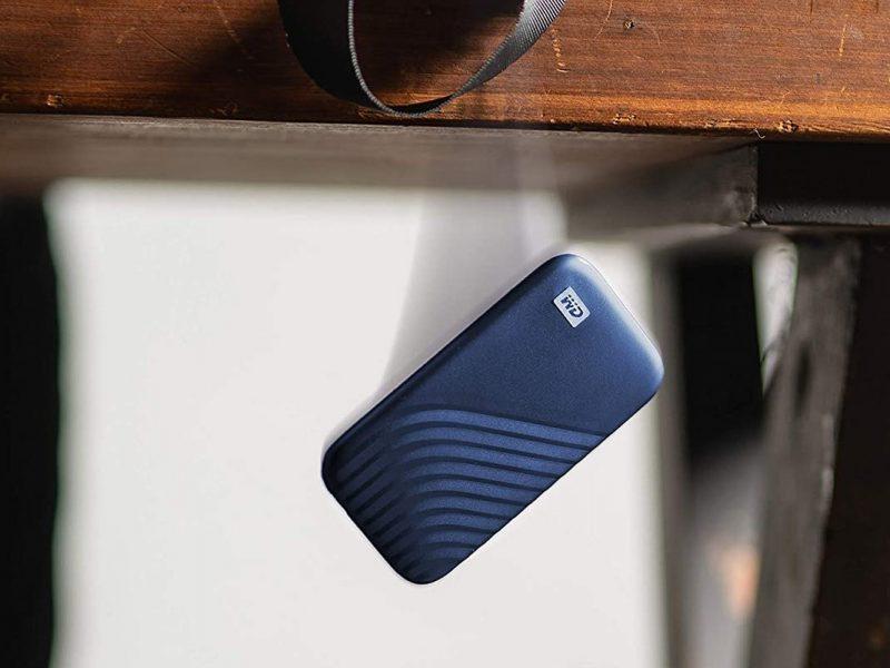 Das Foto zeigt eine Festplatte, die vom Tisch fällt