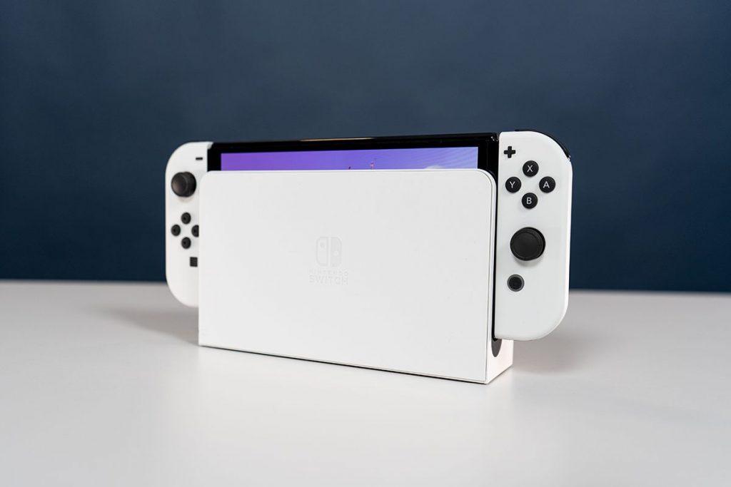 Die Nintendo Switch OLED im Dock