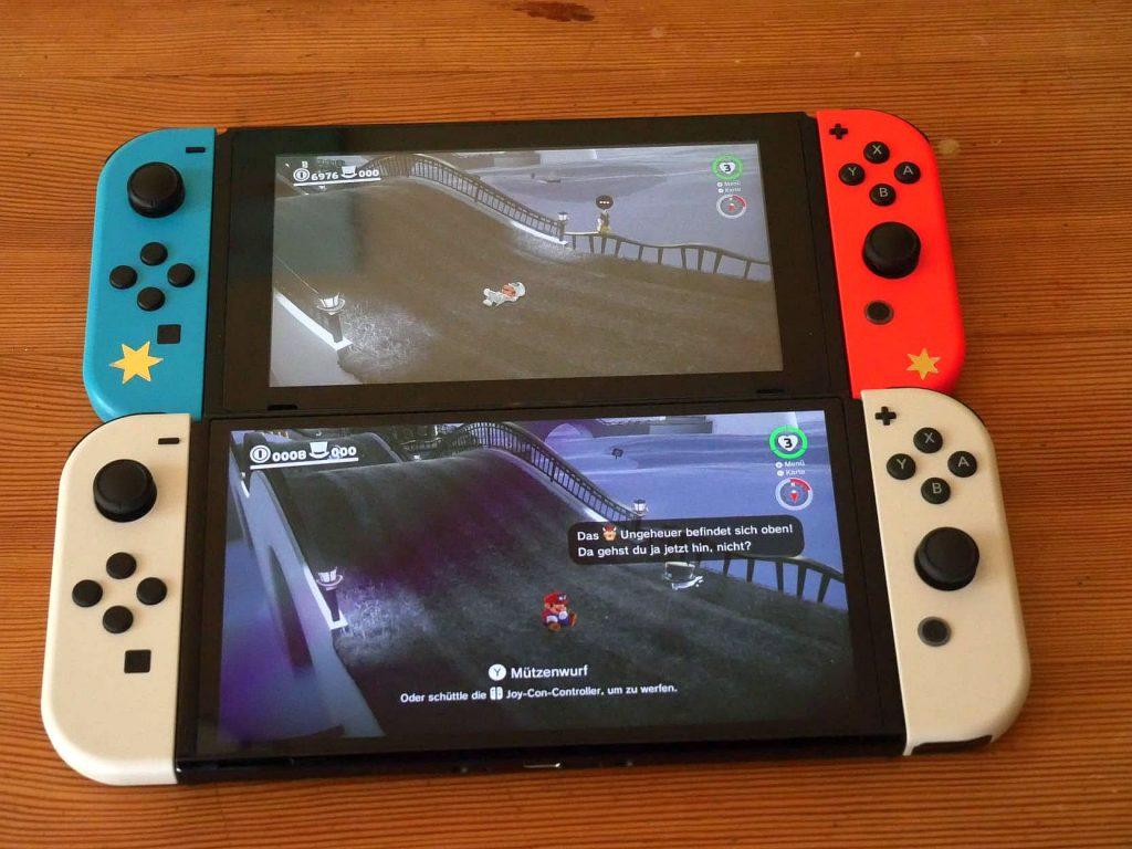 Zwei Modelle der Nintendo Switch nebeneinander.