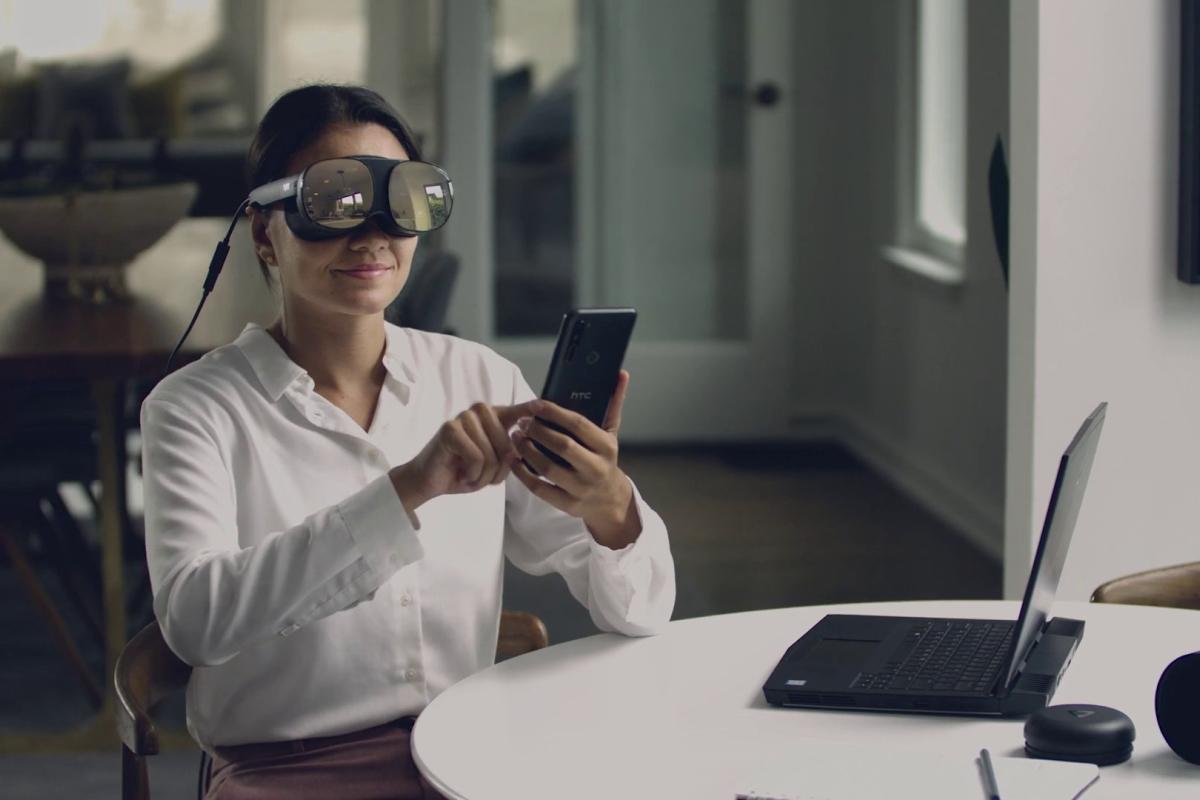 Frau mit HTC Vive Flow